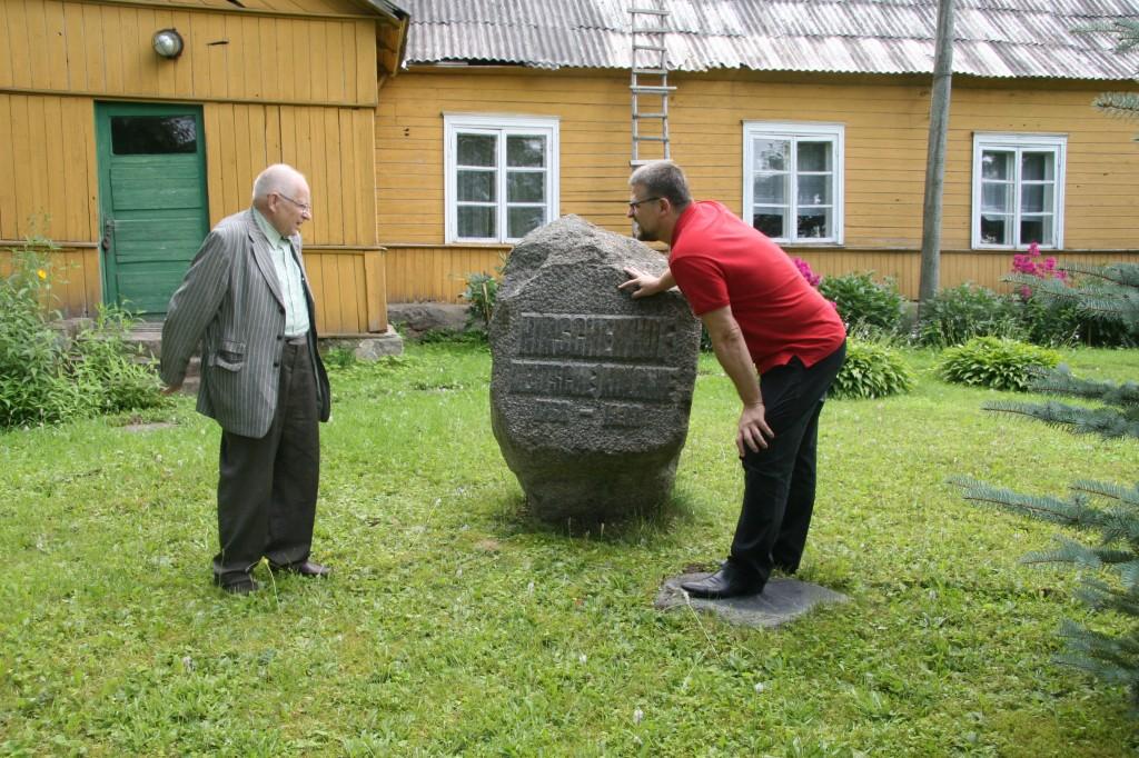 Profesors Jānis Stradiņš un Guntis Belēvičs pie pieminekļa Iršu kolonistiem (Hirschenhof Deutsche Kolonie 1768 – 1939), 30.07.2011, Irši