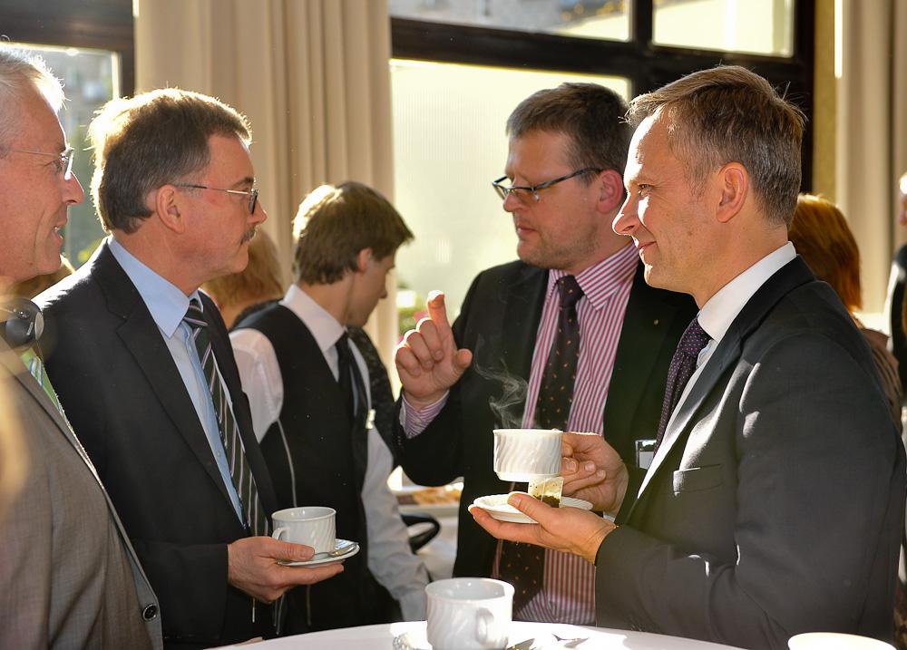 Guntis Belēvičs sarunā ar Jirgenu Štarku (Jürgen Stark) un Latvijas Bankas prezidentu Ilmāru Rimšēvicu konferencē Rīgā, 12.10.2011