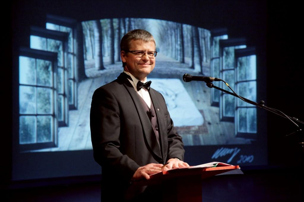 Guntis Belēvičs, vadot labdarības mākslas izsoli LNO, 20.03.2012. Foto: www.liktendarzs.lv